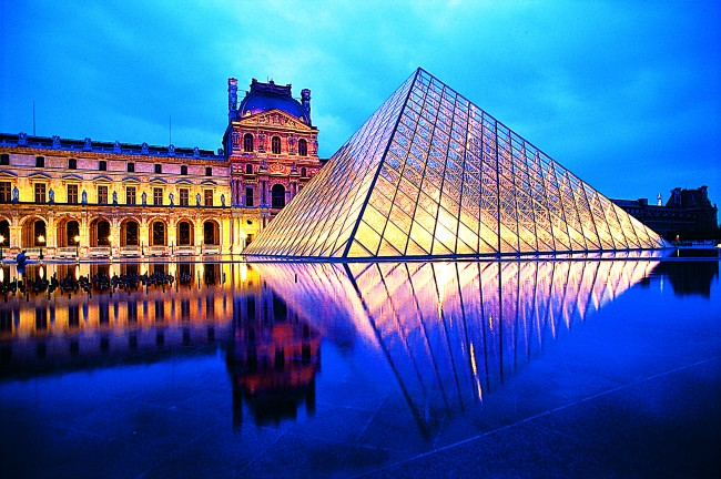 Paris_Louvre_at_Night